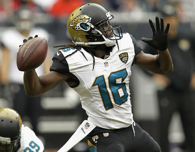 Denard 'Shoelace' Robinson throwing a football (Getty Images)