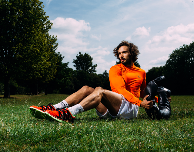 Joe Wicks doing Russian Twists with a Bulgarian Bag (Malcolm Griffiths)