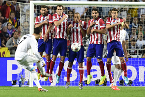 Cristiano Ronaldo takes a free kick for Real Madrid against Atletico Madrid in the 2014 UEFA Champions League Final (Getty Images)